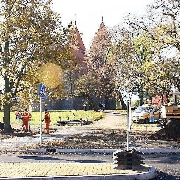 Proboszcz sugeruje, żeby wjazd pod kościół  wykonać przy Orłowskiej, na prawo od  widocznego na zdjęciu przejścia dla pieszych