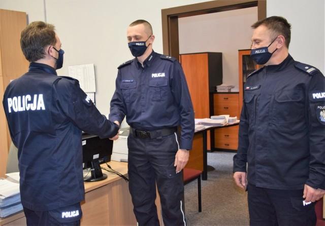 I zastępca komendanta powiatowego mł. insp. Dariusz Suwała (od lewej) gratuluje nowemu zastępcy Komisariatu Policji w Skawinie podkom. Piotrowi Solarzowi, obok stoi komendant skawińskiego komisariatu podinsp. Marek Kowalik