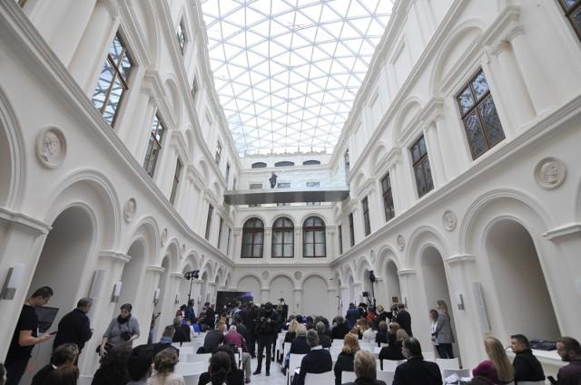 Najbardziej spektakularną przemianę przeszedł dziedziniec pałacu, który został nakryty oszklonym dachem, dzięki czemu został przekształcony w wewnętrzny hall, który stał się miejscem m.in. koncertów. Dziś każdy zwiedzający zaczyna swoją przygodę w Muzeum Czartoryskich właśnie w tym miejscu.