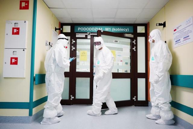 Pandemia koronawirusa trwa w Polsce od marca. Przez cały ten czas mieliśmy za sobą już kilka lockdownów i zmian obowiązujących obostrzeń. Bez wątpienia wiele osób jest już zmęczonych epidemią i z niecierpliwością wypatruje jej końca. Ten, jak się okazuje, wcale nie jest aż tak odległy. Jak twierdzi dr Tomasz Ozorowski, epidemiolog, mikrobiolog, konsultant wojewódzki pracujący w sekcji ds. zakażeń szpitalnych i były prezes Stowarzyszenia Epidemiologii Szpitalnej, końca pandemii możemy spodziewać się dopiero w 2024 roku lub jeszcze w przyszłoroczne wakacje - wszystko zależy od tego, ile osób zdecyduje się na szczepienie przeciwko koronawirusowi. Zobacz, jakie scenariusze dotyczące końca epidemii w Polsce podaje dr Tomasz Ozorowski. Przejdź dalej --->