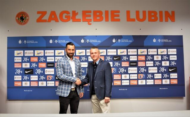 Adam Buczek (z prawej) i dyrektor sportowy Zagłębia Lubin Ľubomír Guldan