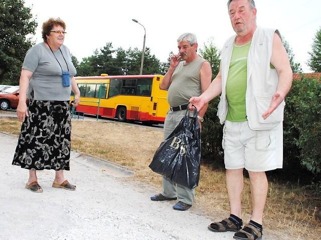 - Czemu nie odnowią miejskiego odcinka wraz z fragmentem należącym do Spółdzielni? - pytają lokatorzy Marian Kurkowski (z prawej), Zbigniew Schabowski i Grażyna Mazur