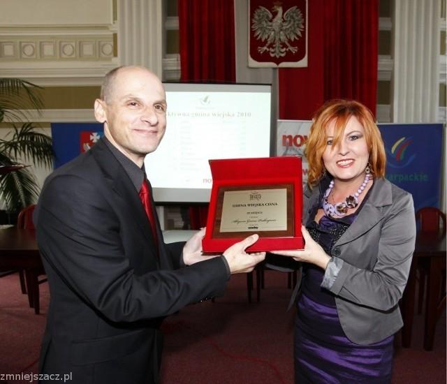 Red. Stanisław Sowa wręcza nagrodę Renacie Szczepańskiej, wójtowi Cisnej.