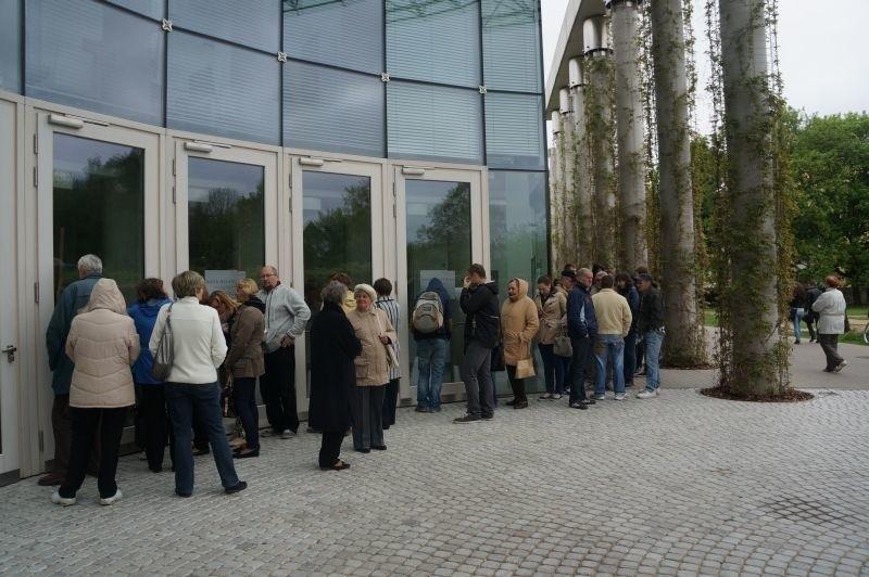 Najbardziej wytrwali czekali przed wejściem do opery od...