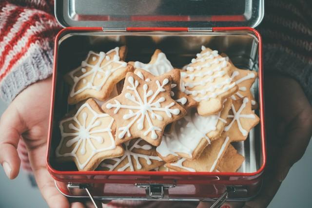 Świąteczne pierniczki miękkie od razu po upieczeniu to ostatnia deska ratunku dla spóźnialskich. Jeśli ty też zaspałeś z przygotowaniami do świąt, sprawdź nasz przepis na świąteczne pierniczki last minute!