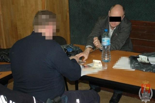 Zatrzymani mężczyźni w wieku od 32 do 47 lat usłyszeli już zarzuty kradzieży z włamaniem działając wspólnie i w porozumieniu, za co kodeks karny przewiduje do 10 lat pozbawienia wolności. Na wniosek policjantów oraz śródmiejskiej prokuratury cała czwórka decyzją sądu została już tymczasowo aresztowana na trzy miesiące.