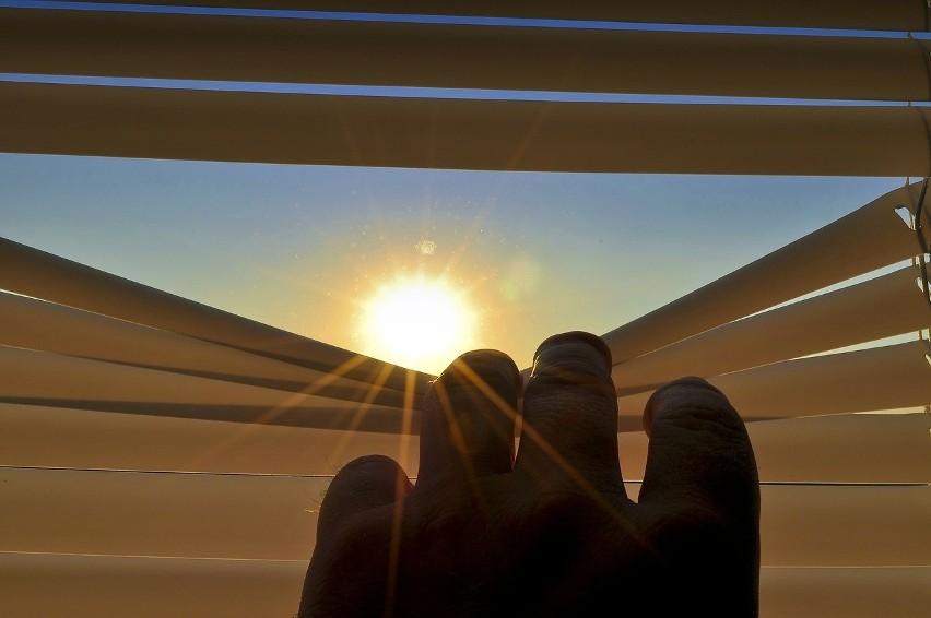 Słońce i wysokie temperatury są przyjemne, kiedy spędzamy ten czas nad wodą. Jednak co zrobić, żeby nasze mieszkanie było oazą, podczas, gdy na zewnątrz panuje skwar?
