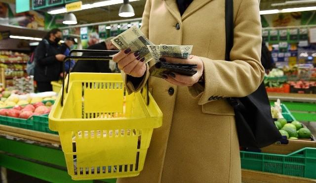 Jest lepiej niż rok temu. Polacy na wielkanocne zakupy spożywcze wydadzą średnio 300-400 zł, czyli więcej niż rok temu. Sytuację mogą jednak zmienić nowe obostrzenia.