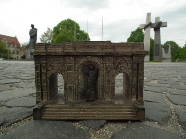 Przed wojną pod pomnikiem odbywały się uroczystości religijne. Do dziś pozostało po nim wiele pamiątek, jak ta mosiężna miniatura