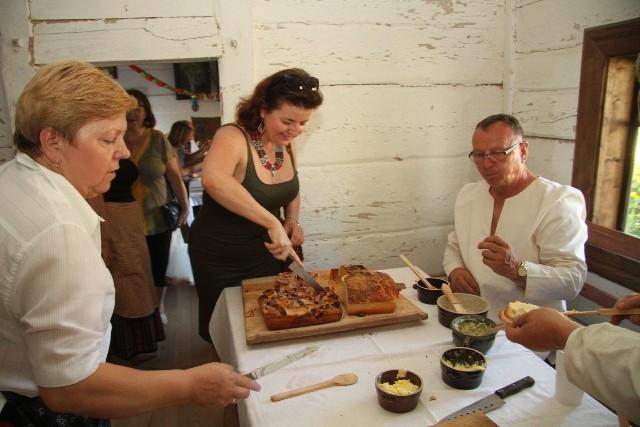 Tradycyjnym wiejskim chlebem można było posilić się w stojącej w Parku Etnograficznym chacie z Kaliny Małej.