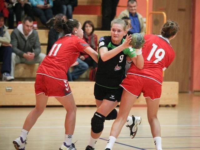 Katarzyna Cieśla (z piłką) w swoim rodzinnym mieście zdobyła 3 gole.
