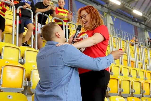 Oświadczyny na stadionie w Białymstoku