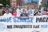 """Protest medyków w Warszawie. """"Nie związujcie nam rąk!"""""""