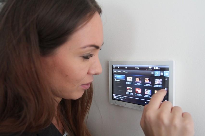 Urządzeniami audio w pokoju można sterować za pomocą panelu