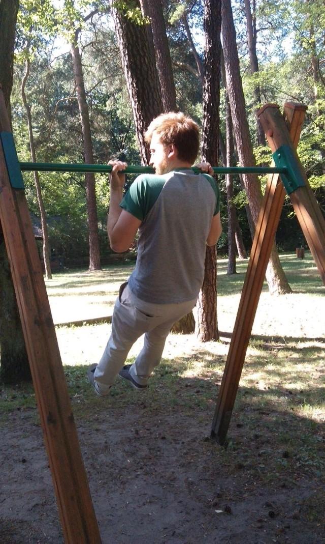 Na siłowni w parku im. Mickiewicza ćwiczą zarówno młodsi, jak i starsi miłośnicy aktywnego wypoczynku.