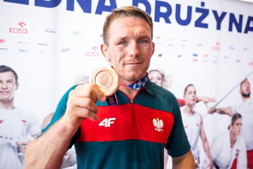 Tadeusz Michalik odbiera gratulacje od kibiców na...