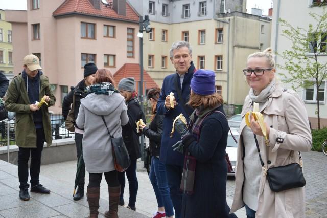 """Opolanie spotkali się pod MŚO, żeby wyrazić niezgodę na """"cenzurę"""" sztuki po tym, jak w piątek dyrektor warszawskiego muzeum usunął wideo z kobietą jedzącą banana."""