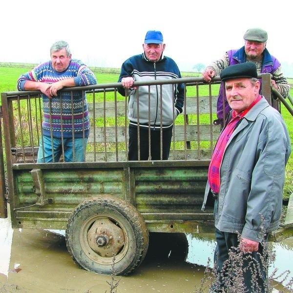 Po tych drogach trudno jeździ się nawet ciągnikami – skarżą się rolnicy z Brańska.
