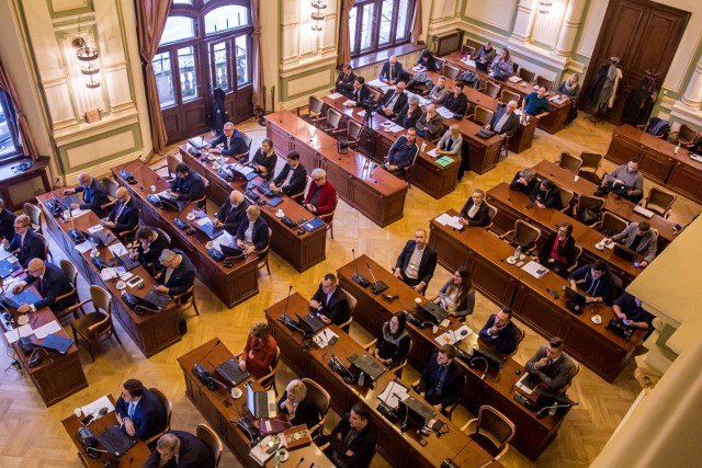 Propozycja miejskich radnych Koalicji Obywatelskiej budzi sprzeciw radnych dzielnic. Nz. sesja Rady Miasta Gdańska