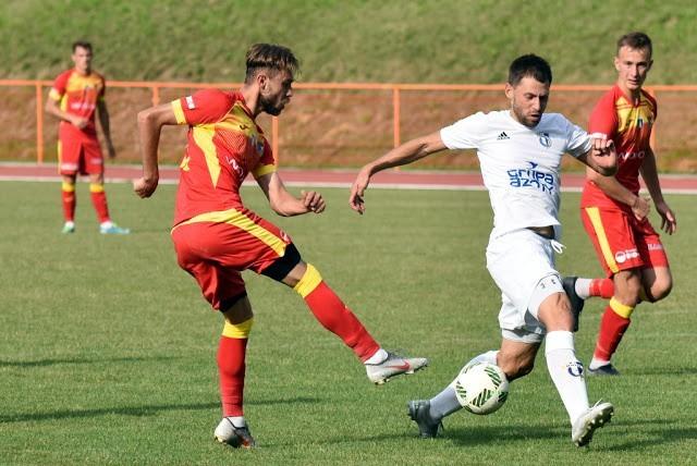 Po emocjonującym meczu zespół IV-ligowej Unii Tarnów (białe koszulki), po serii rzutów karnych, przegrał z III-ligowym Podhalem Nowy Targ