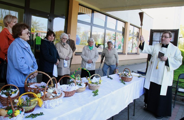 Ksiądz Wiesław Kamiński już od dwóch lat święci pokarmy pod pawilonem na Radiostacji. Teraz dojdą kolejne miejsca