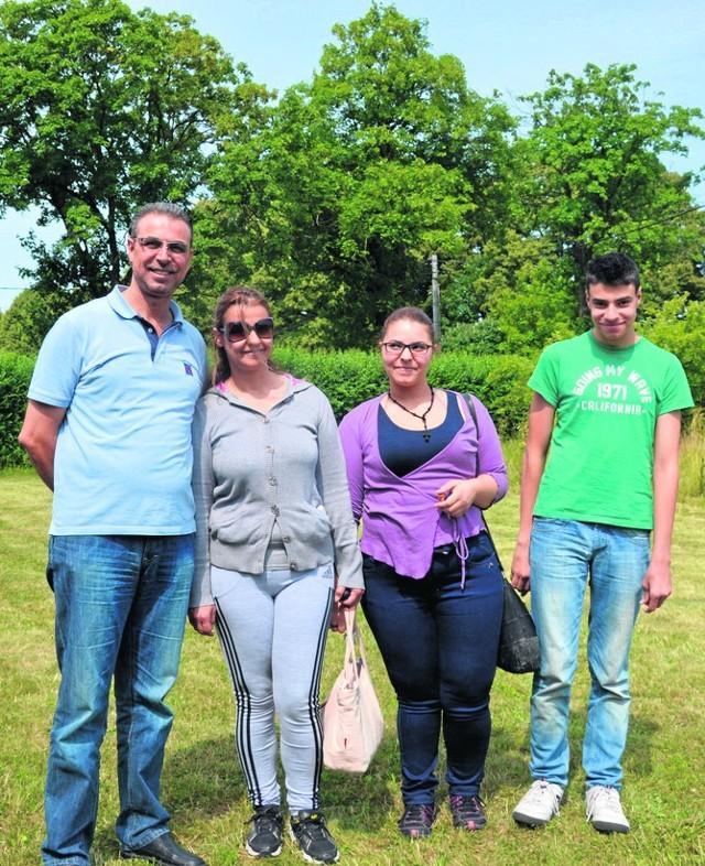 Riyad z żoną  Rim oraz dziećmi Lamą i Amirem wolą mieszkać w Syrii.