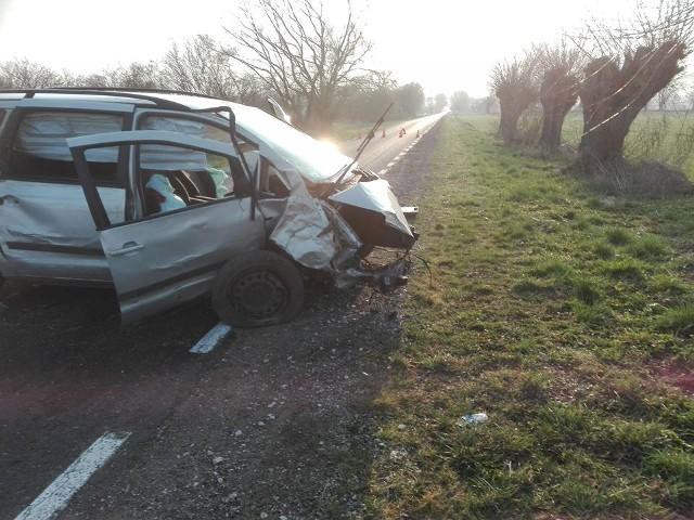 Przed godziną ósmą na trasie Gruczno-Kosowo doszło do wypadku, który wyglądał makabrycznie. Części pojazdu rozrzucone były w promieniu kilkunastu metrów. Kierowca może mówić o sporym szczęściu - nie odniósł poważniejszych obrażeń. Na miejscu błyskawicznie pojawili się strażacy z OSP w Grucznie, a także zespół ratownictwa medycznego i policja. Zdjęcia dzięki uprzejmości strażaków z Gruczna.Więcej zdjęć >>>Najważniejsze informacje z Kujaw i Pomorza. Flash Info, odc. 8: