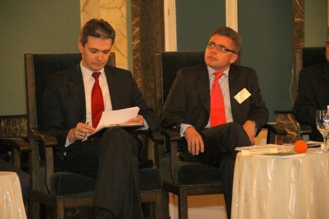 Na zdjęciu: marszałek województwa świętokrzyskiego Adam Jarubas (z lewej) wraz z wiceprezesem Banku Gospodarstwa Krajowego Ryszardem Słowińskim dyskutowali o tym, jak skutecznie wspierać finansowo świętokrzyskich eksporterów.