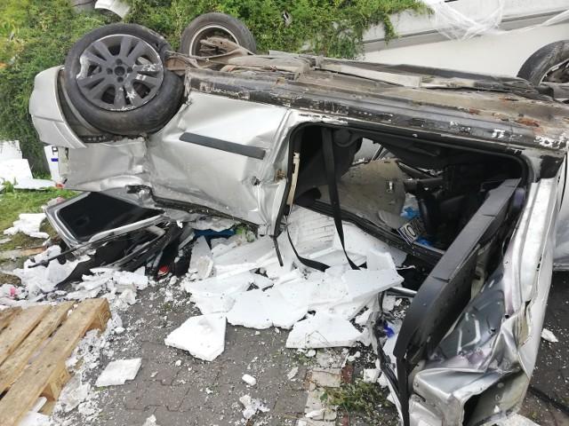 Wypadek w Bytomiu. Samochód dachował na parkingu OBIZobacz kolejne zdjęcia/plansze. Przesuwaj zdjęcia w prawo - naciśnij strzałkę lub przycisk NASTĘPNE