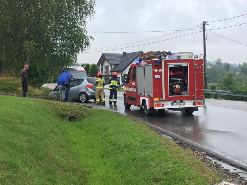 Wypadek w Moszczenicy. Na drodze powiatowej zderzyły się dwa auta osobowe. Jedna osoba poszkodowana. Są utrudnienia w ruchu