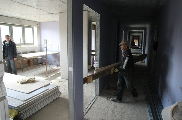 W budynku hotelowym trwa właśnie stawianie ścianek działowych rozdzielających pokoje.