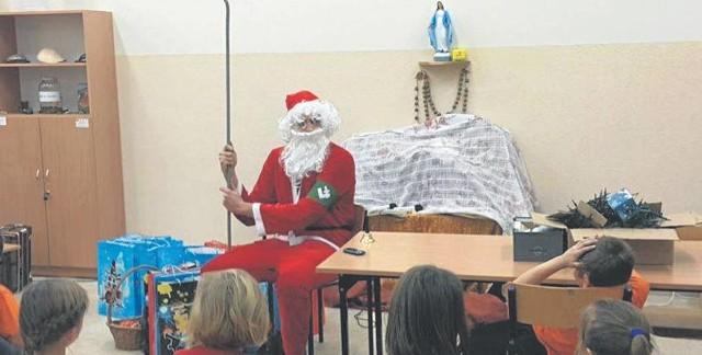 Święty Mikołaj z falangą w świetlicy Caritas wywołał oburzenie