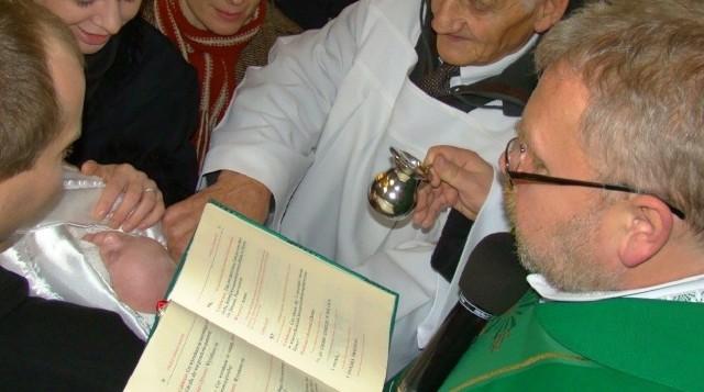 W diecezji płockiej zaświadczenia dla rodziców chrzestnych wypełniane przez proboszcza zastąpiono oświadczeniami, które podpisują sami zainteresowani w zgodzie z własnym sumieniem. Ich wzory prezentujemy na kolejnych stronach w galerii ---->