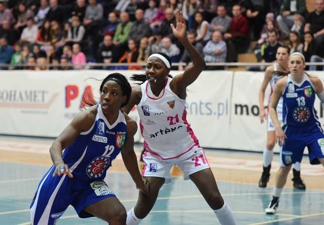 Chineze Nwagbo (z lewej) z Gorzowa przenosi się do Artego. Amerykanka powinna być solidnym wzmocnieniem drużyny z Bydgoszczy w nowym sezonie Tauron Basket Ligi Kobiet