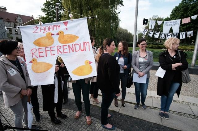 Rodzice protestujący przeciwko reformie oświaty na placu Mickiewicza w Poznaniu.