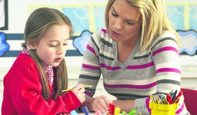 Korepetycji udzielają młodzi i emerytowani nauczyciele.