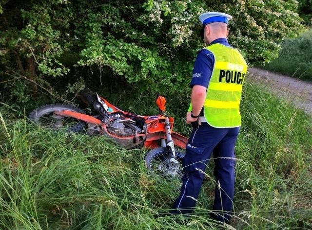 Policjanci pracowali na miejscu wypadku, do którego doszło w piątek w gminie Tuchomie.