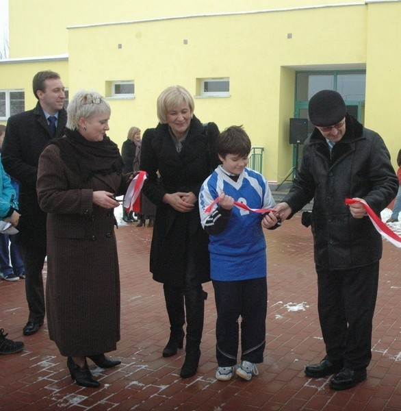 Przecięcia wstęgi dokonali: dyrektor szkoły Halina Dziadkowiec (od lewej), posłanka Ewa Drozd, uczeń SP 14 Michał Buler i prezydent Jan Zubowski