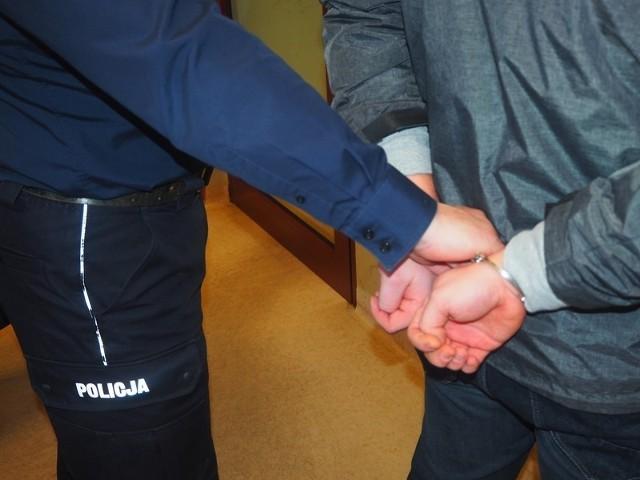 Nadleśnictwo sprawę przekazało policji, a tej udało się potwierdzić, że to właśnie 68-letni mężczyzna był odpowiedzialny za rozkładanie sideł.