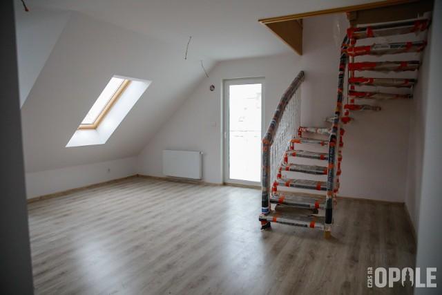 OTBS wybudowało przy ul. Oleskiej 53 mieszkania. Lokale mają od blisko 30 do ponad 60 metrów kw. powierzchni. Część lokali jest dwupoziomowa. Najemcy po pięciu latach będą je mogli wykupić. Budynek wyposażony jest w garaż podziemny oraz windę. Kilkanaście mieszkań jest jeszcze dostępnych. Oto, jak się prezentują.