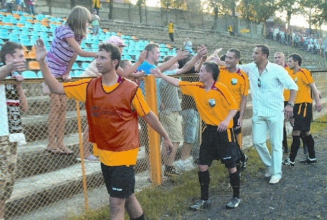 Zawodnicy i trener Czarnych dziękują kibicom za doping. Pierwszy raz w tym sezonie trzy punkty zostają w Żaganiu!