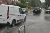 Wypadek na ulicy Królowej Jadwigi. Kierowca osobówki trafił do szpitala. Droga była zablokowana ponad godzinę