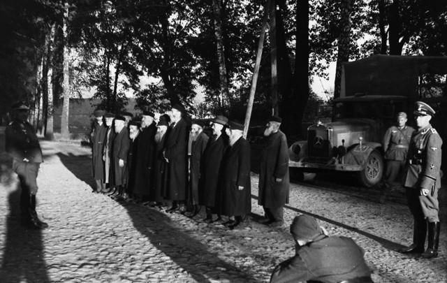 Członkowie jednego z oddziałów specjalnego przeznaczenia niemieckiej Służby Bezpieczeństwa fotografują zatrzymanych polskich Żydów. Wrzesień 1939 r.