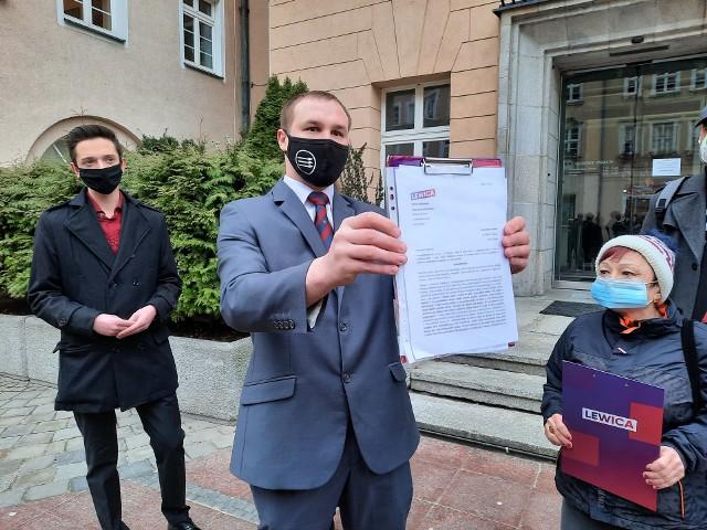 Działacze SLD i Wiosny złożyli dziś (1.03) petycję w biurze Rady Miasta Opola. Chcą zmiany nazwy wiaduktu im. Żołnierzy Wyklętych w ciągu ulic Struga-Reymonta w Opolu. Postulat popiera również Komitet Obrony Demokracji oraz Strajk Kobiet.