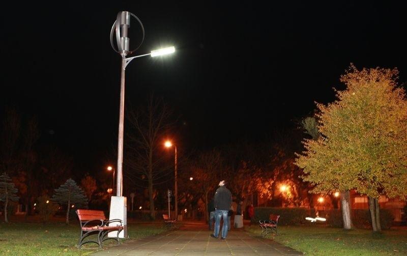 Nowoczesna latarnia na Placu Wolności w Ustce.