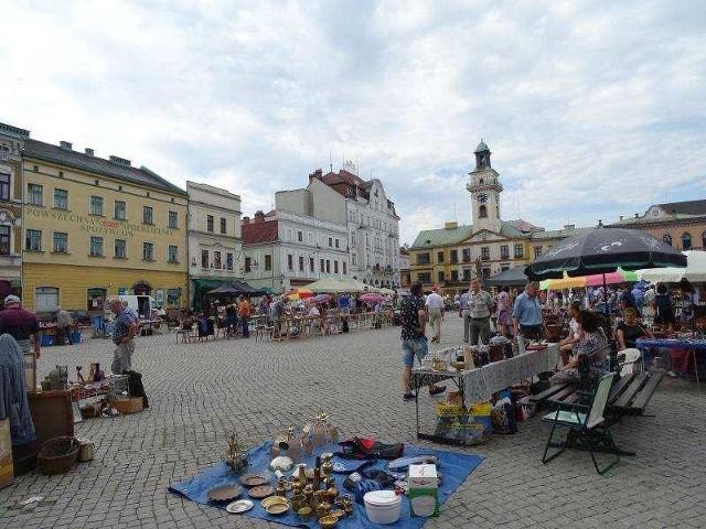 CIESZYNUrokliwy rynek małego miasteczka na granicyCieszyn to jedno z najstarszych polskich miast. Obecnie funkcjonujący rynek  wytyczony został pod koniec XV wieku. Rynek w Cieszynie właściwie od wielu lat funkcjonuje w niezmienionej formie. Otoczony starymi kamieniczkami, w których mieszczą się kawiarnie, hoteliki, restauracje i lokale usługowe (latem oczywiście z ogródkami gastronomicznymi), pełni ciągle funkcję małomiasteczkowego rynku. Ale zaglądają tutaj nie tylko mieszkańcy, ale i turyści, którzy odwiedzają miasto na polsko-czeskiej granicy. Dobrym posunięciem władz miasta było wprowadzenie całkowitego zakazu parkowania na płycie rynku. Na cieszyńskim rynku odbywają się imprezy, jarmarki czy targi staroci. Minusem jest brak większej ilości zieleni, bo jest tutaj tylko kilka drzew, jednak główny plac Cieszyna jest stosunkowo małym rynkiem.