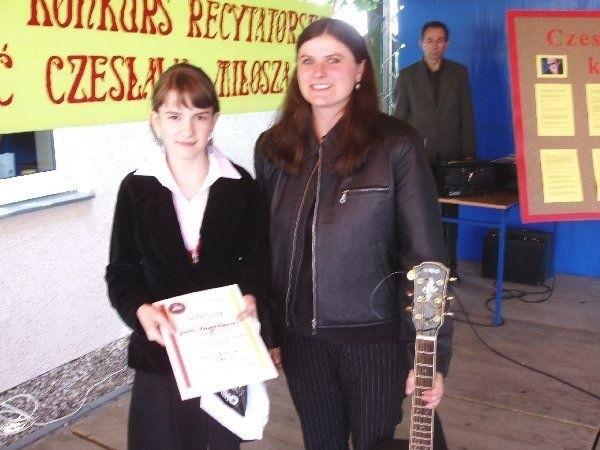 """Joanna Kaczmarkiewicz (z lewej) z Gimnazjum  w Czernikowie odebrała nagrodę """"Pomorskiej"""""""