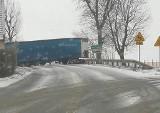 """Zablokowana droga pod Wrocławiem. Tir """"złamał się"""" na lodzie (ZOBACZ)"""