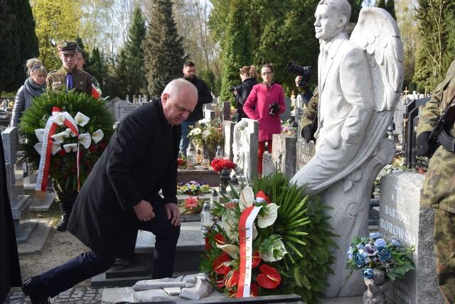 O godz. 8.41, dokładnie w godzinę katastrofy smoleńskiej, na cmentarzu komunalnym w Gorzowie rozpoczęły się obchody 9. rocznicy katastrofy smoleńskiej. Wśród 96 ofiar, które zginęły 10 kwietnia 2010 r. w katastrofie lotniczej, było też dwoje gorzowian – Anna Maria Borowska i jej wnuk Bartosz Borowski.Wieńce na grobach ofiar katastrofy smoleńskiej złożyły władze państwowe i miejskie. Na cmentarzu komunalnym obecny był m.in. wojewoda lubuski Władysław Dajczak oraz prezydent Gorzowa Jacek Wójcicki. Wieczorem w kaplicy katedralnej zostanie odprawiona msza w intencji wszystkich ofiar, po której jej uczestnicy przemaszerują pod biały krzyż, gdzie zapalą znicze i złożą kwiaty.WIDEO: Rocznica katastrofy smoleńskiej w Gorzowie w 2014 roku