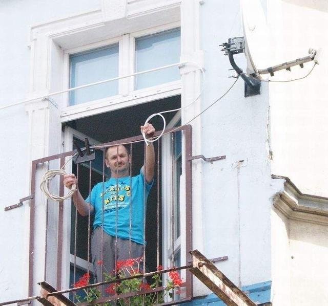 MPGN zdemontowało mi balkon!Pan Romuald z Grudziądza: Gdybym miał balkon, mógłbym sam podłączyć przewód. Niestety, MPGN go zdemontowało.